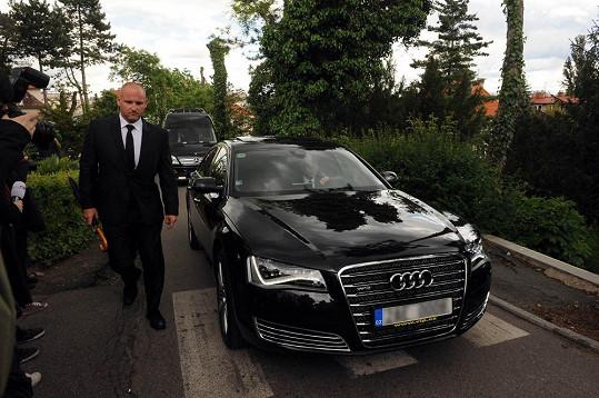 Rychtář s rodinou přijel na pohřeb své manželky zadním vchodem.