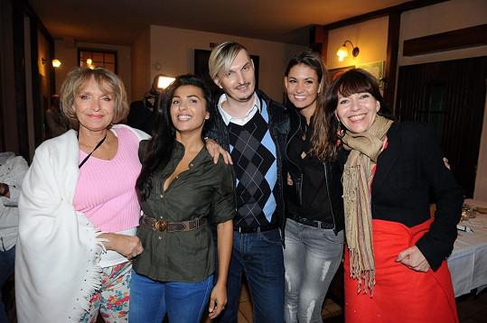 Anife Vyskočilová na párty s přáteli, herečkou Danou Homolovou, modelkou Lucií Smatanovou, kadeřníkem Martin Žifčákem a herečkou Míšou Dolinovou.