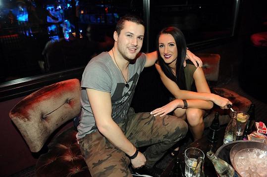 Hokejista Zdeněk Bahenský a modelka Táňa Makarenko si nejdříve užívali narozeninovou párty klubu v poklidu.