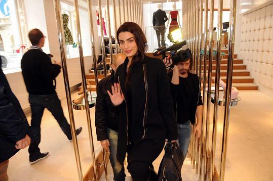Bond Girl zkouší šaty v pražském butiku v Široké ulici.