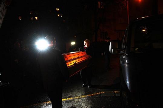 O práci pohřebáků jevili velký zájem novináři.