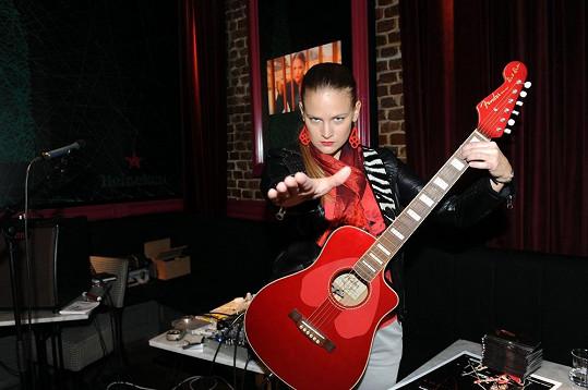 Vladivojna La Chia hraje střídavě na kytaru a na basu.