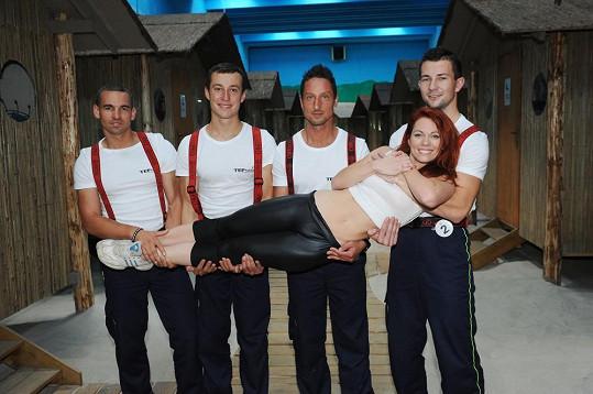 Míša si pozornost sexy hasičů užívala.