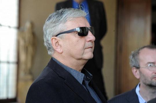 Miroslav Donutil skryl emoce za sluneční brýle.
