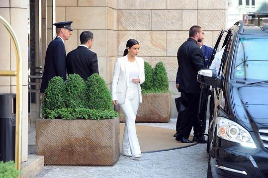 Kim Kardashian zvolila bílý kalhotový kostým.