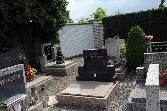 Na hřbitově nevzbuzuje pozornost.