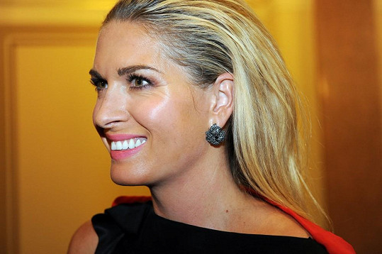 Zlatavé opálení, které si Olga pořídila v průběhu desetidenního turné po USA, se snoubilo s náušnicemi se vzácnými černými diamanty.