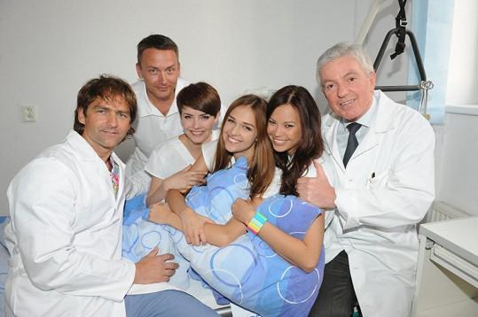 Dívky s místními doktory.