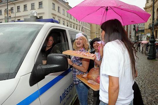 Andrea nabízela šunku i policistům.