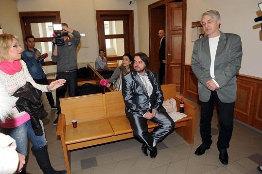 V čekací místnosti před soudní síní docházelo neustále k drsným výměnám názorů prakticky všech zúčastněných.