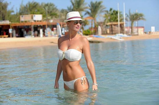 Dominika Mesarošová vypadá v plavkách skvěle.