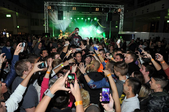 Rapper se vrhl do davu.
