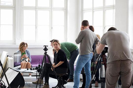 Dostali jsme se k fotkám ze zákulisí focení Aleny Šeredové v ateliéru Anny Mrázek Kovačič.