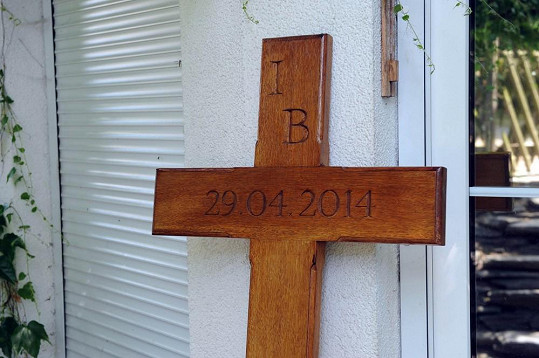 Kříž zdobí iniciály Ivety a datum jejího úmrtí.