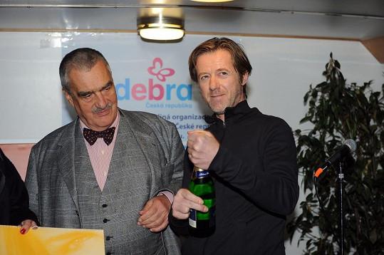 S Karlem Schwarzenbergem byl kmotrem kalendáře sdružení DebRA.