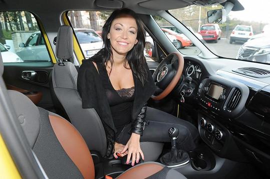 Agáta ve svém novém autíčku