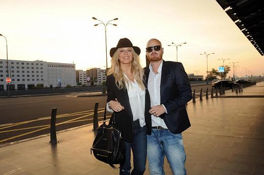 Simonu doprovodil na letiště manžel Karel Vágner.