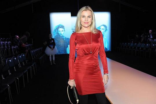 Leona Machálková předvedla figuru v rudých koktejlkách.