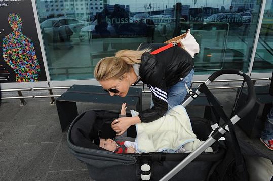 Simona dovádí s nejmladším Brunem.