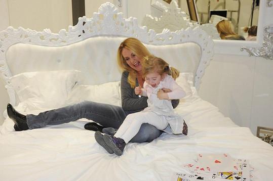 Vendula Svobodová natáčí reklamu s holčičkou, která hraje její dceru.