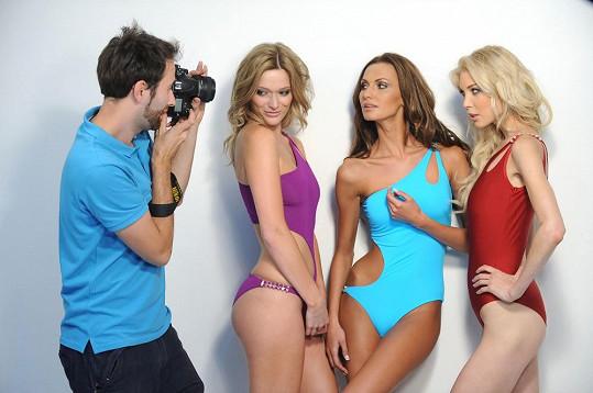 Eliška Bučková a její kolegyně při focení kolekce plavek.