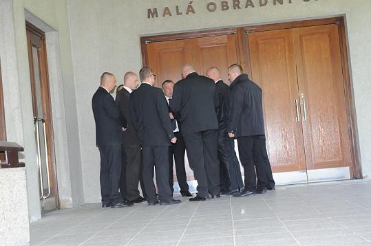 Všichni muži z ochranky jsou na místě a dostávají pokyny.