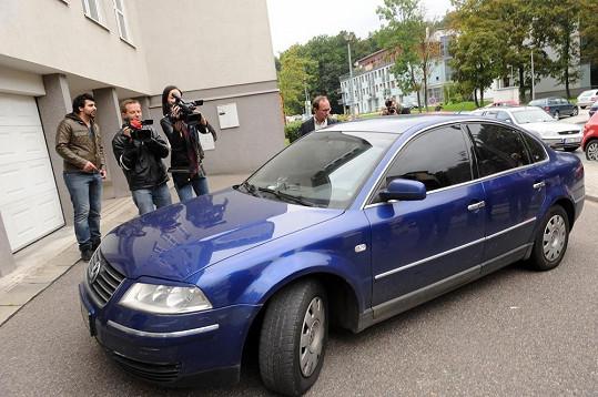 Iveta Bartošová přijela na svatbu v autě s kouřovými skly.