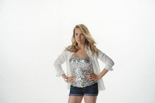 Lucce to v kratinkých šortkách, které jí vybrala, stejně jako celý model, návrhářka Libka Safr, slušelo.