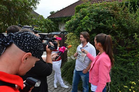 Před dům zpěvačky si Macura pozval novináře.