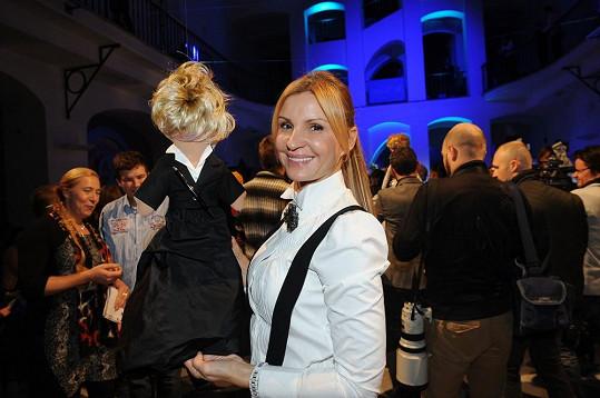 Královna Pařížské Tamara Kotvalová vydražila panenku za 120 tisíc.