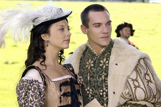 Dormer často získává historické role i díky svému šermířskému umění. Zde v seriálu Tudorovci.