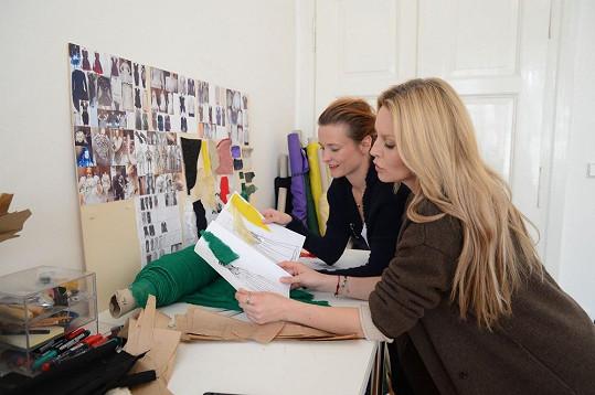 Simona vybírala s návrhářkou Katkou Geislerovou látky na nové róby.