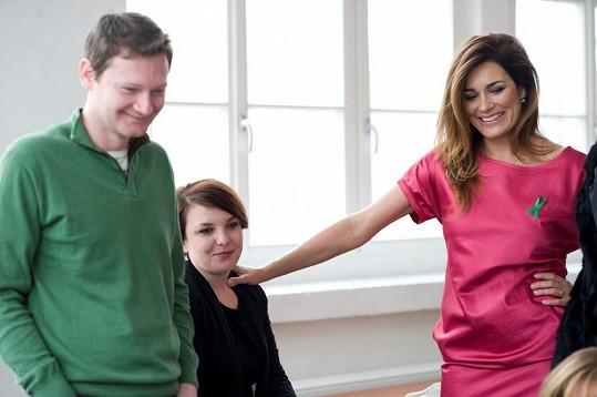 Šeredová se svým českým bookerem Martinem Brátem a ředitelkou agentury Stanislavou Radotínskou.