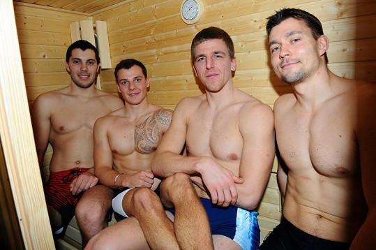 Čteřice mladíků v sauně.