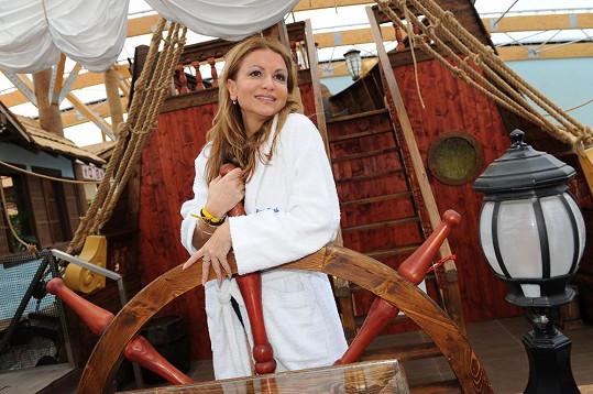 Yvetta Blanarovičová pózuje u kormidla jako kapitánka korábu...