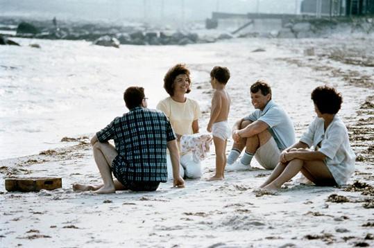 S Jackie Kennedyovou a Johnem juniorem v roce 1964 na pláži