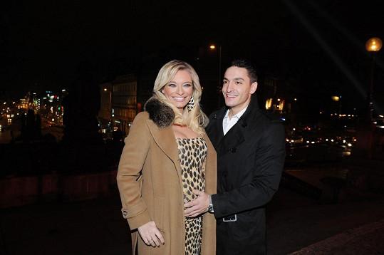 Michal Hrdlička Lucii láskyplně hladil těhotenské bříško.