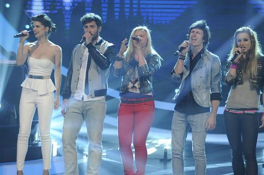 Finalisté zpívají píseň Při tobě stát.