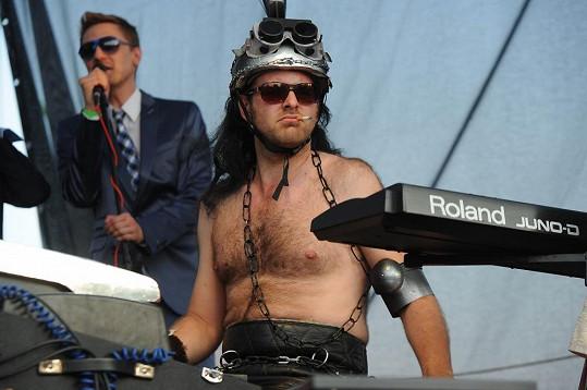 Muzikant v paruce a helmě byl k nepoznání.