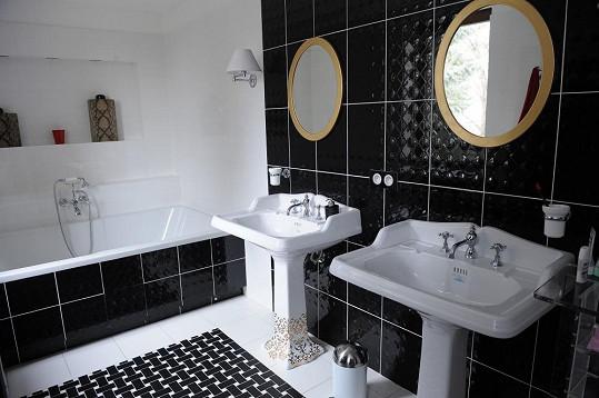 Koupelna je laděna do černobílé barvy.