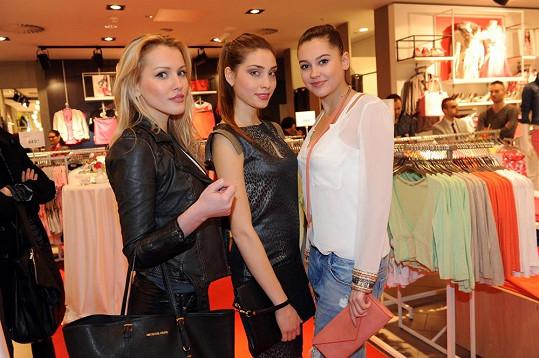 Linda Bartošová, Denisa Domanská a Hana Svobodová na otevření nového obchodu v obchodním centru Nový Smíchov.