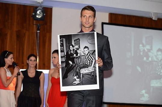 Fešák Adam Klavík s fotkou Ilony.