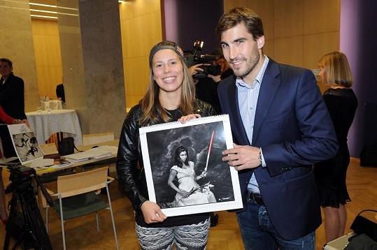 Eva s kolegou z Dukly Davidem Svobodou a svojí fotkou z kalendáře