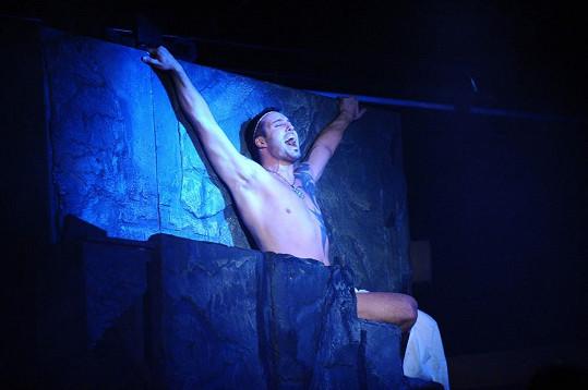 Noid předvedl své tělo v muzikálu Hamlet.