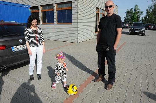 Ondřej Soukup s přítelkyní Lucií Šoralovou a dcerou.