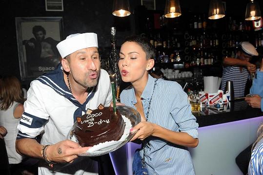 Vlaďka přinesla Uwovi narozeninový dort.