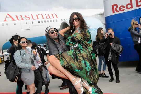 Modelce pomohl šaty zkrotit stylista Avo Yermagyan.