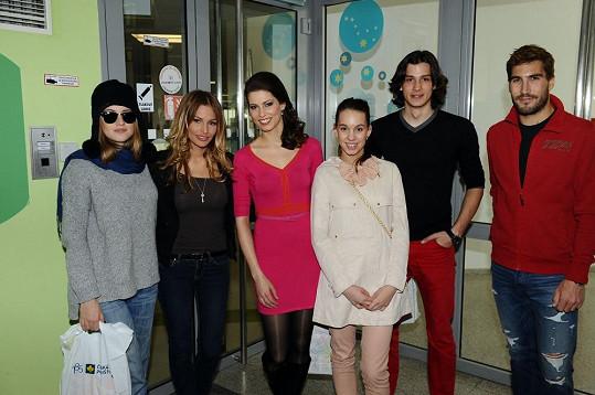 Emma Smetana s kolegy z televize Nova přišli potěšit děti v nemocnici v Motole.