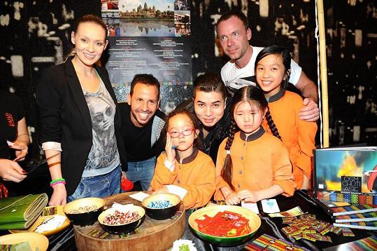 Martina s Marcusem a kamarádem Zdeňkem Style Hrubým na párty pozorovali umění exotického šéfkuchaře.