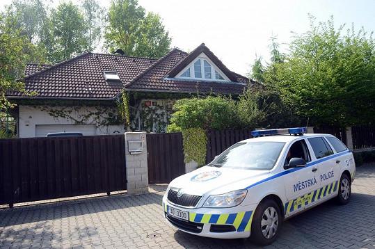 Domek Ivety Bartošové hlídali policisté.